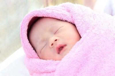 Baby in roze deken