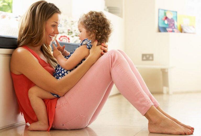 Moeder en kind oefenen