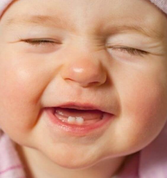 Symptomen dat baby's eerste tandje doorkomt.