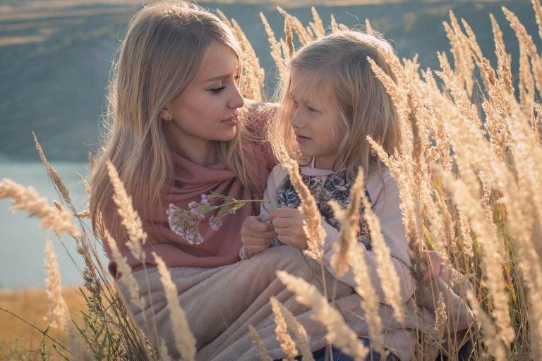 Tante en nichtje in de natuur