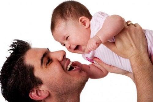 Vader die speelt met baby