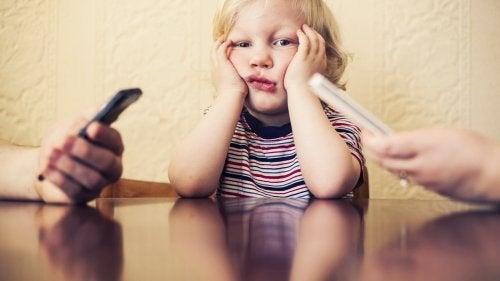 Je mobiele telefoonverslaving doet je kind pijn