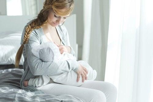 Moeder geeft baby de borst