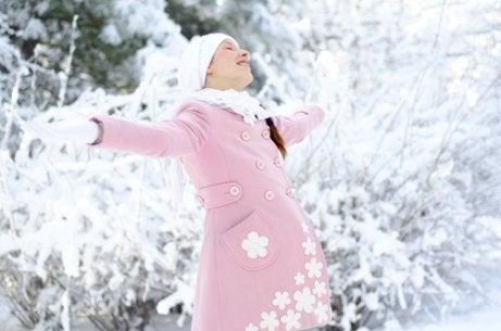 De voor- en nadelen van in de winter bevallen