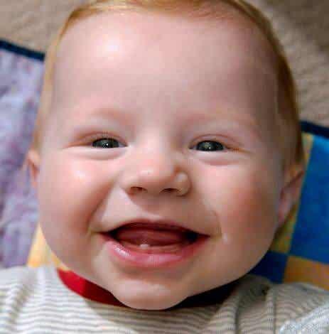 6 tekenen dat je baby's eerste tandje doorkomt