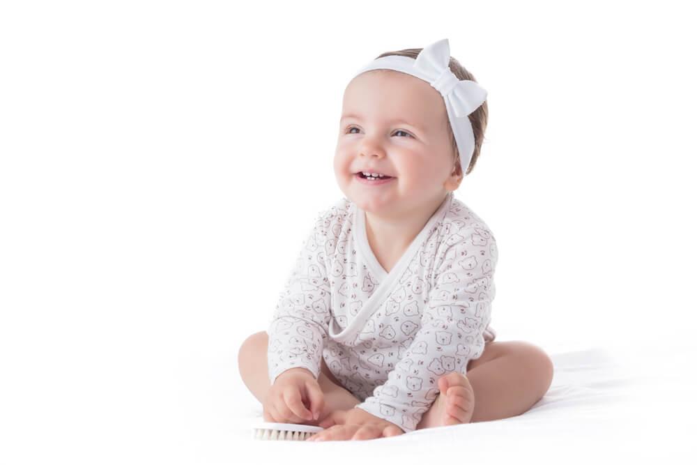Wees voorzichtig met hoofdbanden en linten bij je baby