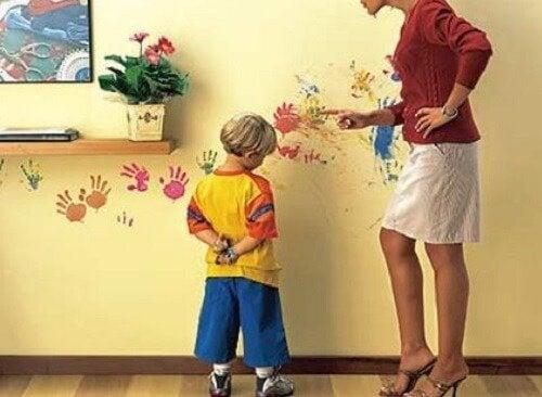 Kind gestraft door moeder