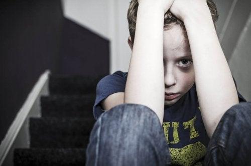 Verward jongetje na fysieke straf