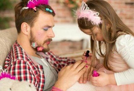 Dochter lakt de nagels van haar vader