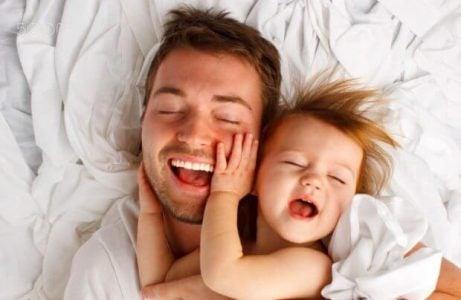 Vader en dochter in bed