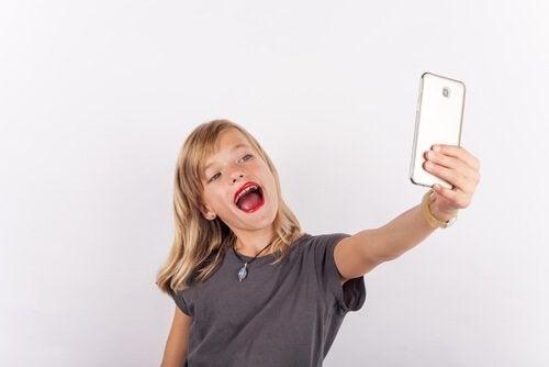 Kind maakt selfie