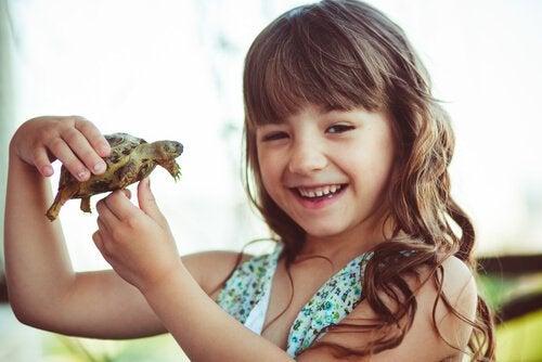 Meisje met schildpad