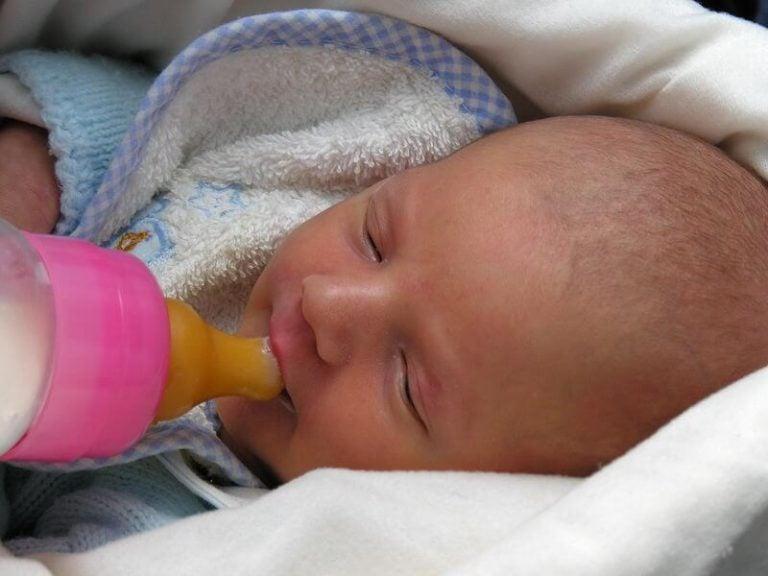 Baby krijgt de fles
