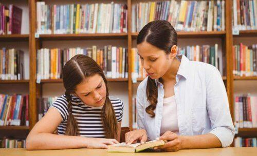 Vrouw geeft meisje les