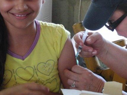 Meisje krijgt injectie