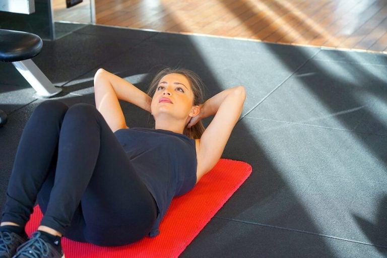 Vrouw doet sit-ups