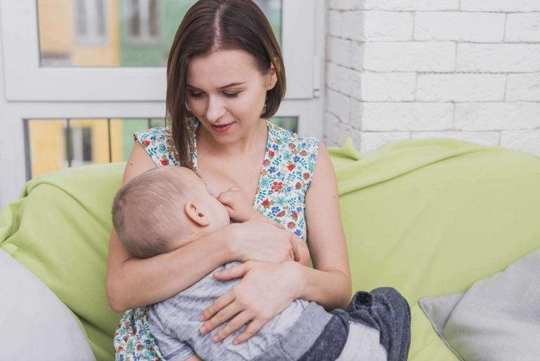 De voor- en nadelen van moedermelk