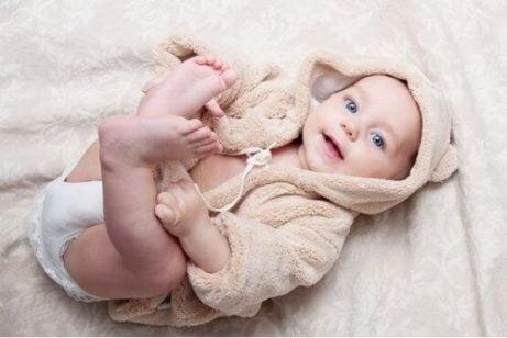 Baby in de tweede maand van zijn leven
