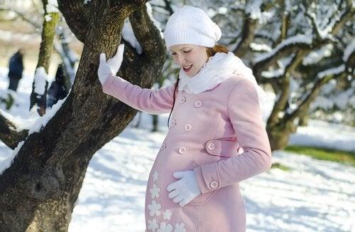 Zwangere vrouw in de sneeuw