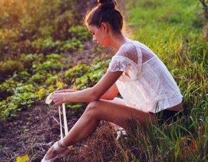 Meisje in het gras aan het nadenken