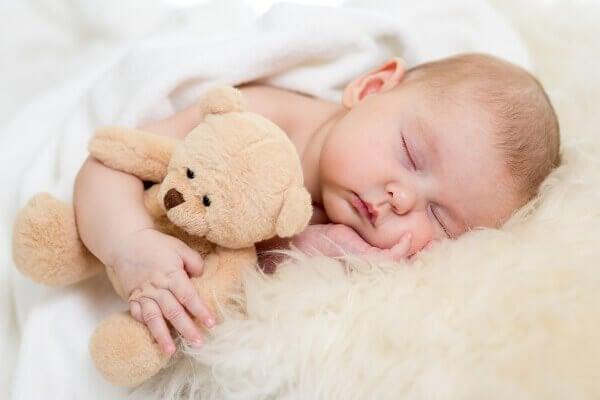 Mythologische jongensnamen: baby met knuffel
