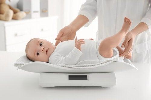 Baby in een wit pakje