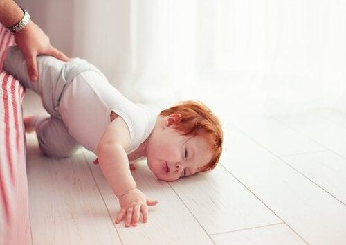 Baby valt van bed
