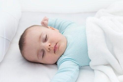 De nekreflex: slapende baby