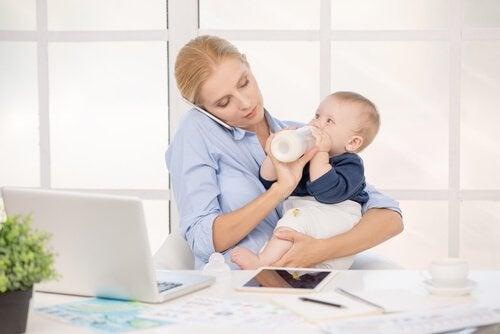 De werkdag van een moeder: al werkend de baby voeden