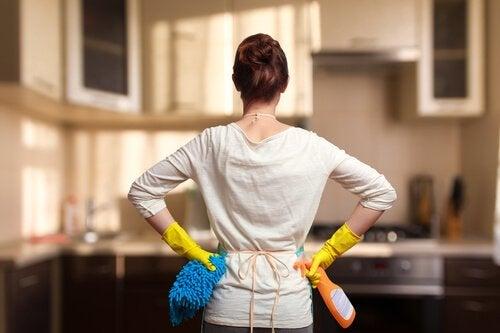De werkdag van een moeder: huis schoonmaken