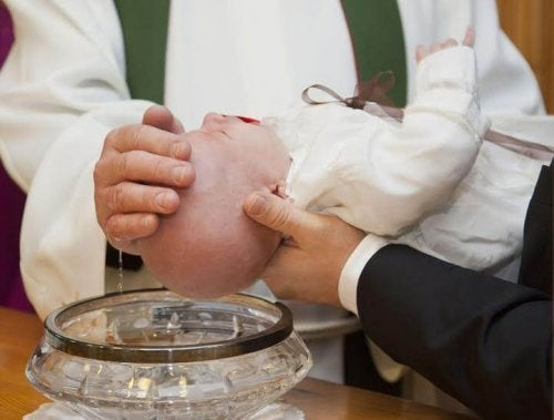 Baby wordt gedoopt