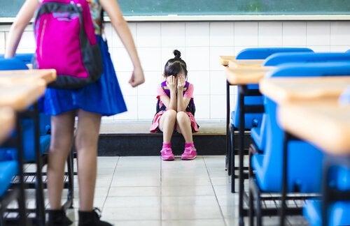 Huilend meisje dat wordt gepest