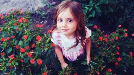 Unieke meisjesnamen: meisje in tuin
