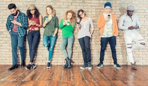 Groep tieners allemaal op hun mobiel bezig