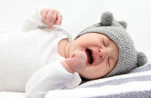Huilende baby met grijs mutsje