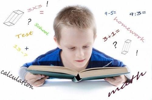 Kind leert uit een boek