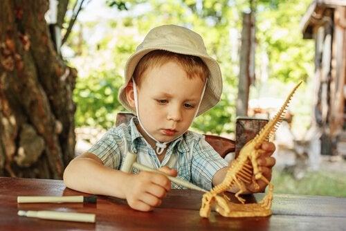 De passie van kinderen voor dinosaurussen