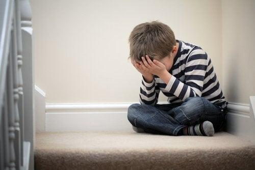 Jongetje zit huilend op de grond