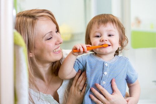 Moeder helpt kind tandenpoetsen