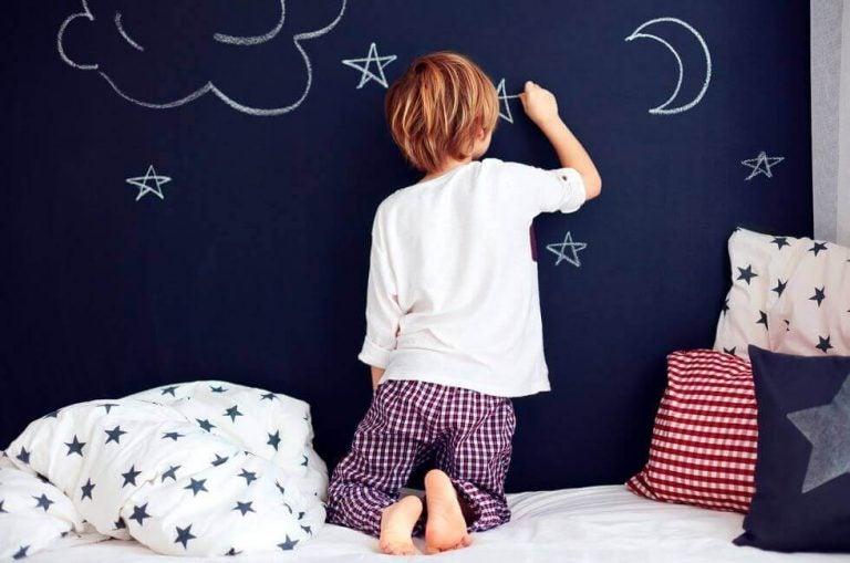 Jongen in blauwe slaapkamer