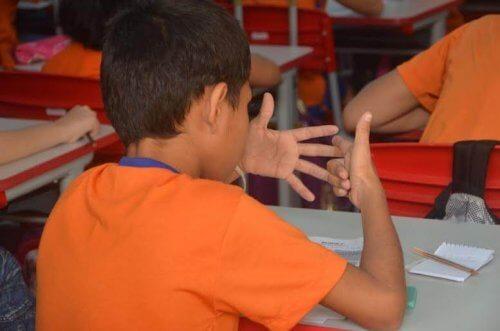 Jongen telt op zijn vingers