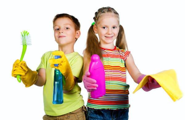 Broer en zus aan de schoonmaak