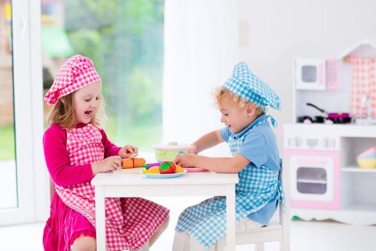 leuke activiteiten voor 2-jarige kinderen zoals bijvoorbeeld eten serveren