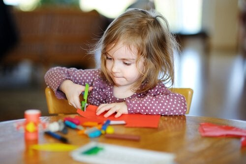 Kinderen leren knippen met een schaar