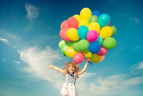 Vrolijk meisje met balonnen