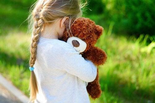 Het knuffelen van een knuffelbeest is ontspannend
