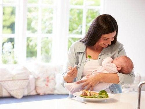 Moeder eet een gezonde maaltijd