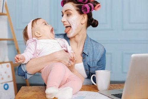 Moeder steekt tong uit baby lacht