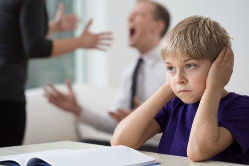 Problemen voor kinderen na een echtscheiding doordat de ouders ruzie maken in zijn bijzijn