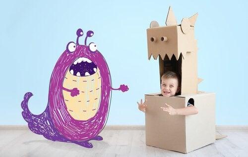 Peuter in doos ernaast een paars monster